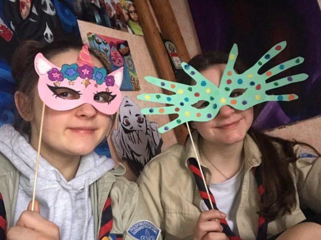Daliha und Leas selbstgebastelte Masken